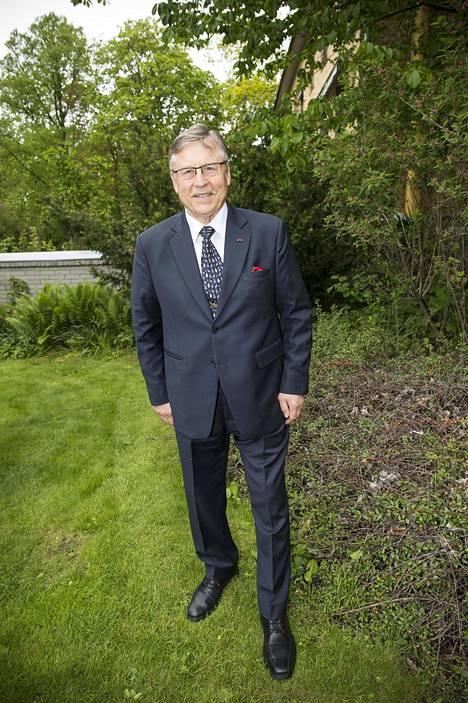 Ministeri Pertti Salolainen julhii merkkipäiväänsä läheisten kanssa hallituksen määräämien rajoitusten puitteissa. Juhlien jälkeen hän aikoo suunnata taas luontoon valokuvaamaan.
