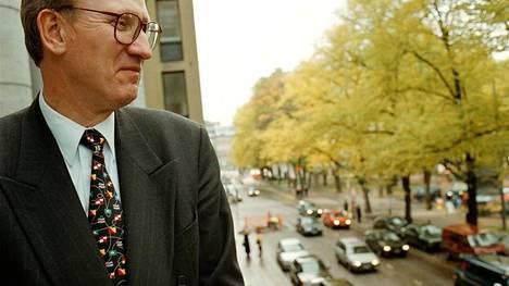 Juhani Korpela kuvattuna työpaikallaan 1998.