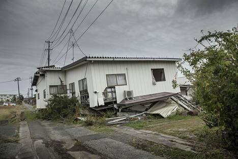Jotkut taloista tuhoutuivat maanjäristyksessä ja tsunamissa täysin. Osan taloista taas ovat pilanneet säteily ja autioihin asuntoihin etsiytyneet rotat ja villisiat.