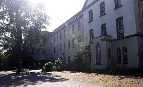 Rheinische Postin mukaan mies on ollut epäiltynä pahoinpitelyistä Nordhein-Westfalenin osavaltiossa sijaitsevissa Neussin ja Kerpenin kaupungeissa. Kuvassa Neussin vanha pakolaiskeskus.