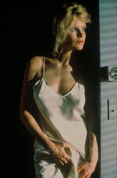 Kim Basinger esittää taidegalleristi Elizabethia.