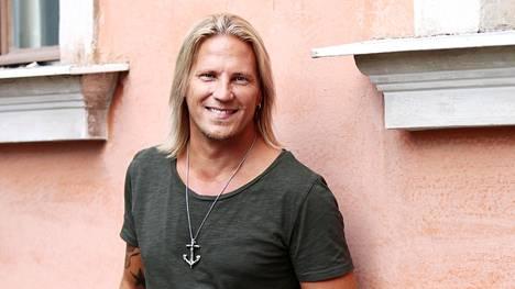 Juontaja Sami Kuronen jätti hiljattain Radio Suomipopin. Nykyään häntä kuullaan Radio Aallon aamuohjelmassa yhdessä Jenni Alexandrovan kanssa.