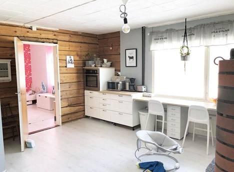 Pariskunta aloitti remontin keittiöstä. Talossa on asuttu koko remontin ajan.