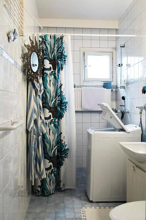 Kuivaa kylpyhuoneen märkä lattia suihkun jälkeen liukastumisen välttämiseksi.