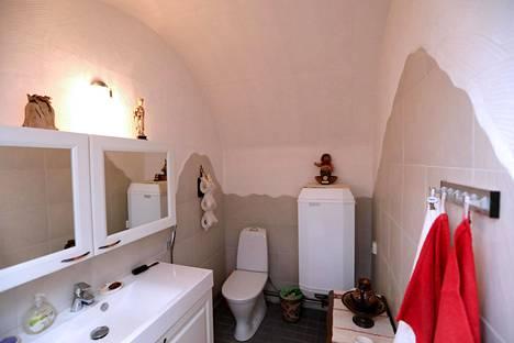 WC:tä vartioi peikko, jonka pariskunnan lapset ovat halunneet omakseen, mutta jonka seuraavaa kotia ei ole päätetty.