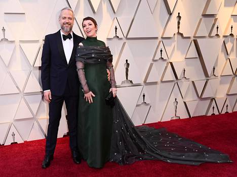 Näyttelijä-käsikirjoittaja Ed Sinclair ja Olivia Colman kuvattiin tämän vuoden Oscar-gaalassa.