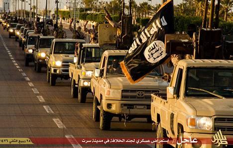 Isisin mustat liput liehuvat helmikuussa 2015 Libyan Sirtessä kuvatulla propagandavideolla.