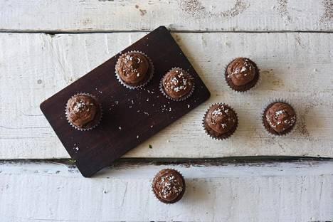 Mehevän suklaiset kuppikakut maistuvat kaikille.