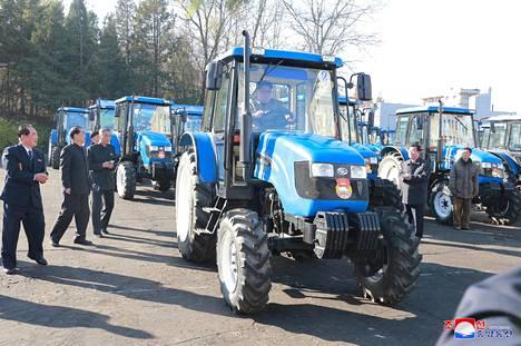 Pohjois-Korean johtaja kävi koeistumassa Chollima-804-traktorin.