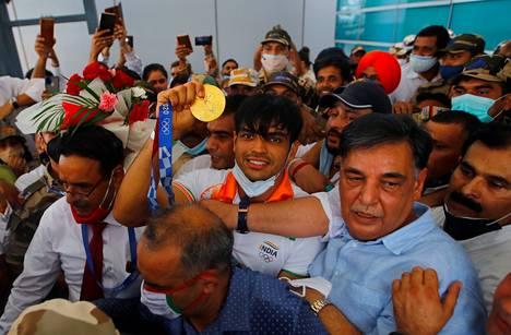 Tuoreelle olympiavoittajalle oli New Delhin lentoasemalla vastassa sankka kannattajajoukko.