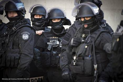 Poliisin on kerrottu ampuneen piirityksessä 5000 laukausta.