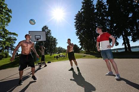 Helsingin kaupungin ulkoliikuntapäällikön mukaan koripallokentät ovat olleet päivisin hiljaisia. Pelailijat ovat löytäneet usein vasta illalla pelipaikoille.