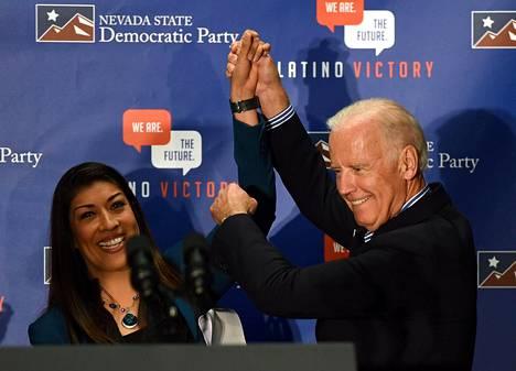 Lucy Flores ja Joe Biden kampanjatilaisuudessa Las Vegasissa marraskuussa 2014. Floresin mukaan Biden oli ennen tilaisuutta lähennellyt häntä epäsopivalla tavalla.