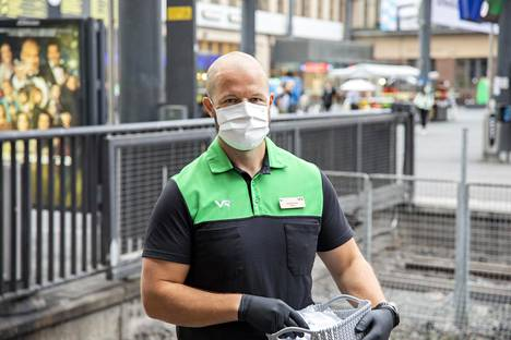 Mikko Tiainen on VR:n junatyön esimies Joensuusta. Hän yllättyi, miten moni matkustaja pitää maskia.