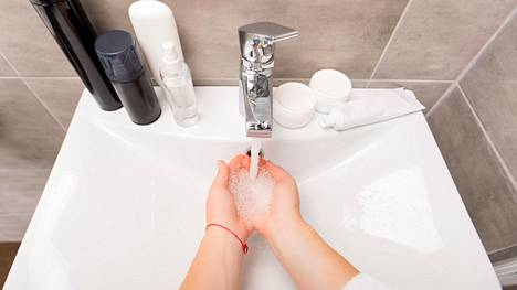 Käsienpesuun pitäisi käyttää tarpeeksi aikaa, nopea huuhtaisu hanan alla ei riitä.