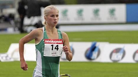 Alisa Vainio juoksi ylivoimaiseen SM-kultaan naisten maratonilla – olisi pärjännyt loistavasti myös miesten sarjassa