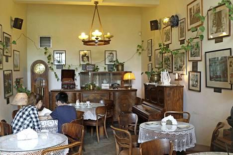 Varsovan kansannousun museon synkistä tunnelmista pääsee irti museon idyllisessä kahvilassa.