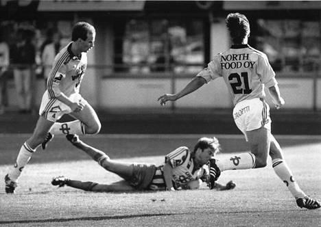 RoPS:n Markku Kallio (oik.) ja Mika Tolvanen (vas.) aiheuttivat joukkueelleen rangaistuspotkun mieheen vuonna 1983. Maassa oli kaatuneena HJK:n Pasi Rautiainen ja pallo kohta rangaistuspotkusta verkossa.