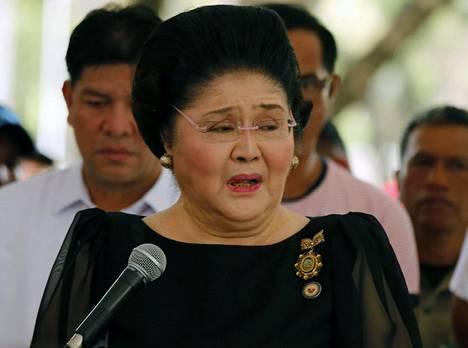Hautajaisiin osallistui myös ex-diktaattorin leski Imelda Marcos, joka muistetaan maailmalla paitsi poliittisena vaikuttajana, myös kalliin makunsa vuoksi. Nainen tunnettiin aikoinaan erityisesti 2700 parin kenkäkokoelmastaan.
