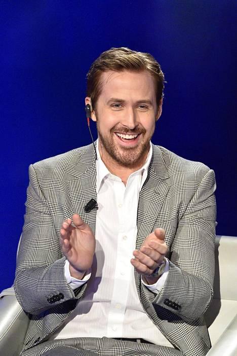 Fanin käsi vaelteli näyttelijäkomistus Ryan Goslingin käsivarrella.