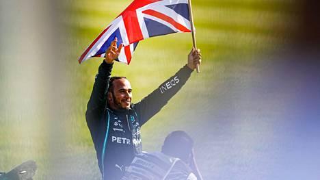 Lewis Hamilton juhli sunnuntaina Silverstonessa kauden neljättä osakilpailuvoittoaan.