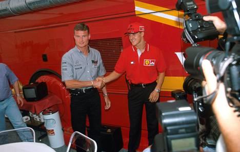 David Coulthard (vas.) ja Michael Schumacher löivät lopuksi kättä.