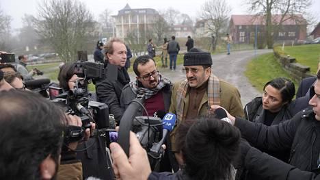 Jemenin rauhanneuvotteluihin Ruotsissa osallistuva maatalousministeri Othman al-Mujalli (hattu päässä keskellä) puhui toimittajille Tukholman lähellä sijaitsevassa Rimbossa perjantaina.