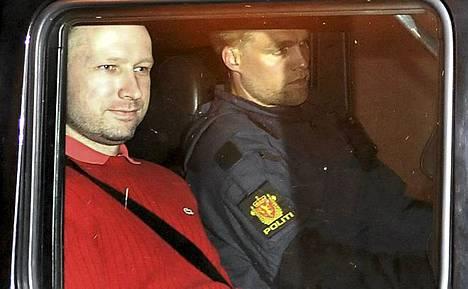 Anders Behring Breivik kuljetettiin vangitsemisoikeudenkäyntiin vahvassa poliisivartiossa.