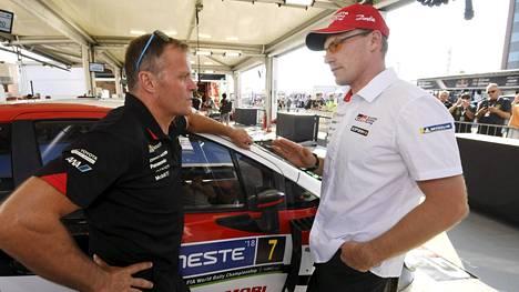 Tommi Mäkinen (vas.) antoi Jari-Matti Latvalalle potkut Toyotan kisakuskin paikalta toissa kauden päätteeksi.