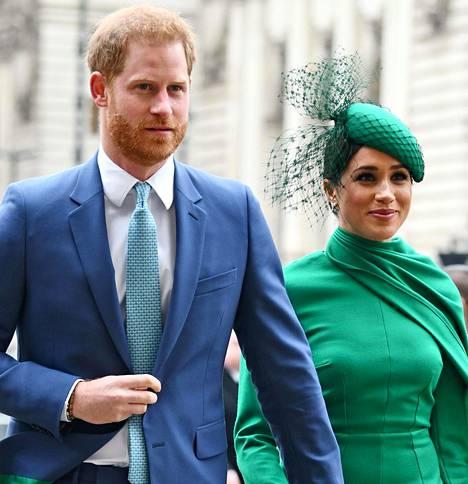 Brittihovi vahvisti marraskuussa 2016 prinssi Harryn seurustelevan näyttelijänä tunnetun Meghan Marklen kanssa.