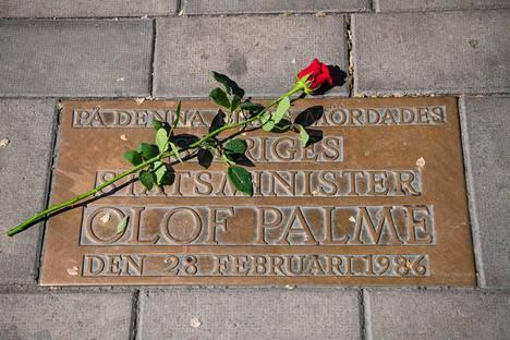 Olof Palmen murhapaikalla on muistolaatta.