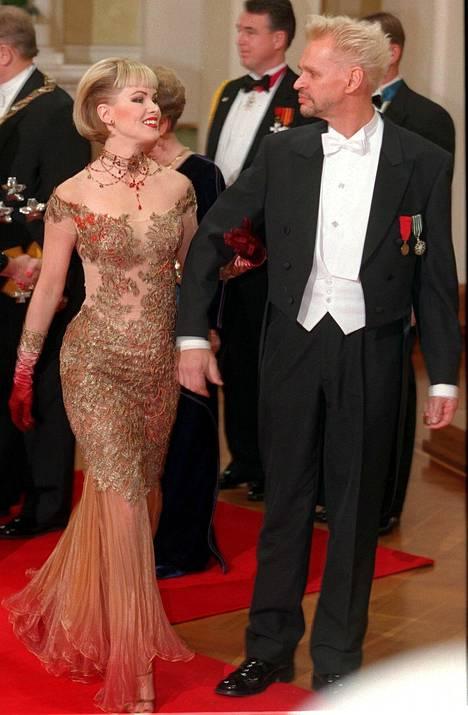 Helena Lindgren ja Jorma Uotinen vuonna 1998. Helenan puku on uskalias ja upea.