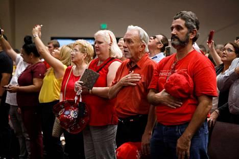 Trumpin kannattajat lauloivat kirkossa kansallislaulun odottaessaan Trumpin nousevan lavalle puhumaan.
