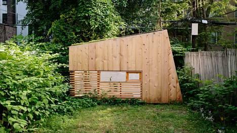 Arkkitehti rakensi itselleen kotistudionsa takapihalle viihtyisän suojapaikan.