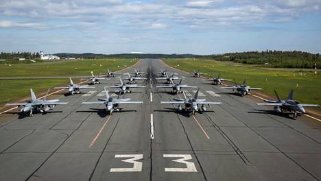 """16 Hornet-hävittäjän """"elephant walk"""" eli """"elefanttikävely"""" nähtiin Rissalan kentällä Puolustusvoimain lippujuhlan päivänä 4. kesäkuuta."""