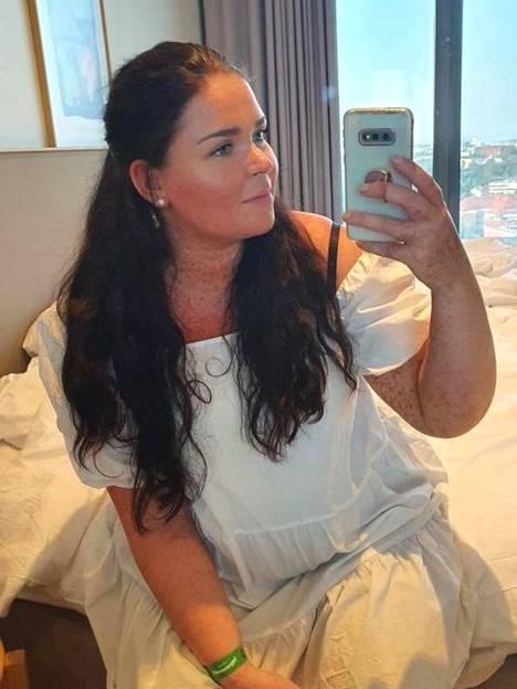 Tässä mekossa Minna on suunnannut kesämenoihin, kuten Linnanmäelle.
