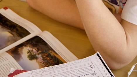 11-vuotias brittikoululainen on kyllästynyt brittiläiseen koulujärjestelmään. Kuvituskuva.