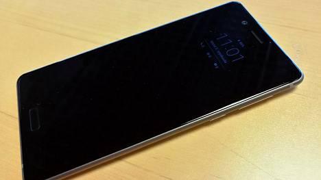 Puhelimen design jäi arvostelijan mielestä hieman iPhonesta jälkeen, mutta koko ajan päällä oleva infonäyttö miellytti.