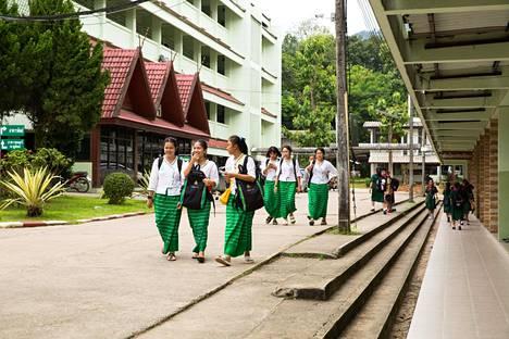 Koululaiset rukoilevat joka päivä koulun pihalla poikien puolesta.