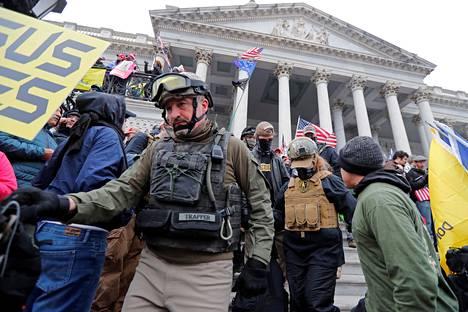 Puolisotilaallisen Oath Keepers -ryhmittymän jäsen kuvattiin Capitolin portailla.