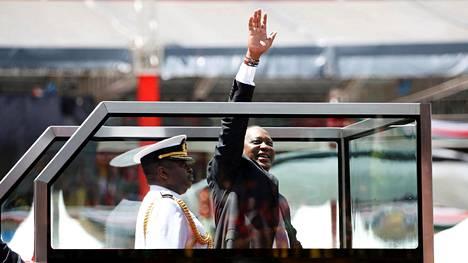 Uhuru Kenyatta luodinkestävässä lasikopissa virkaanastujaisseremoniassaan.