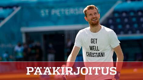 Suomen maalivahti Lukas Hradecky osoitti tukea Christian Eriksenille harjoituksissa Pietarissa 16. kesäkuuta.