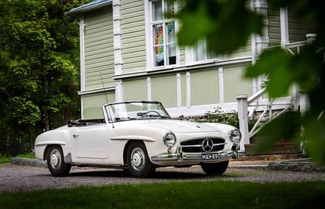 Mercedes-Benz 190 SL:n ohjauspyörän takana Hollywood-tähdistä nähtiin muun muassa Grace Kelly, Rita Hayworth ja Frank Sinatra.