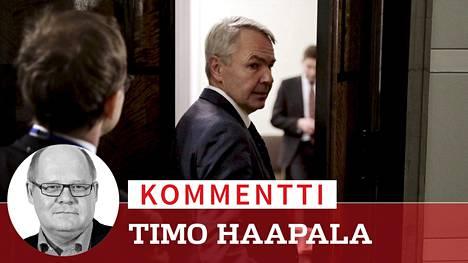 Ulkoministeri Pekka Haavisto kuvattuna menossa kokoushuoneeseen, jossa hallitus selvitti tänään linjaustaan al-Holin leirillä olevien suomalaisten auttamisesta.