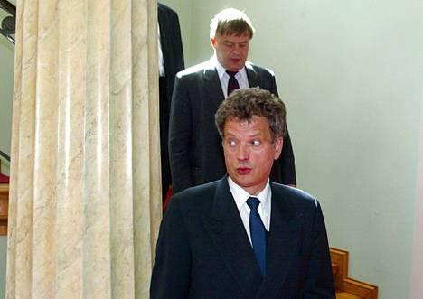 Valtiovarainministeri Sauli Niinistö ja valtiosihteeri Raimo Sailas poistuivat keskiviikon lisäbudjettineuvotteluista tauolle. Kuva vuodelta 2002.