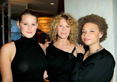 Kate Capshaw tyttäriensä Destry Allyn Spielbergin (vasemmalla) ja Mikaela George Spielbergin (oikealla) kanssa.