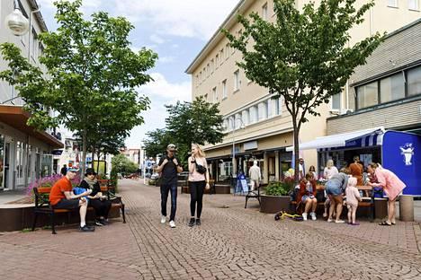 –Jos koronasta jotain positiivista hakee, niin päiväristeilyllä pääsee suoraan Helsingistä Ahvenanmaalle, sanoo Pirkko Schildt. Kuvassa Marianhaminan kävelykatu.