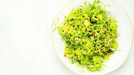 Pähkinäinen ruusukaalisalaatti on ruokaisa kasvislisäke.