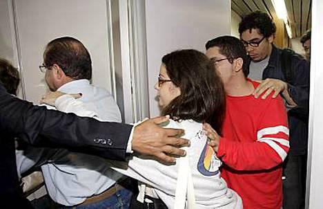 Lentokenttävirkailijat yrittivät auttaa parhaansa mukaan läheisistään kipeästi tietoja kaipaavia omaisia Rion Galeaon lentokentällä.
