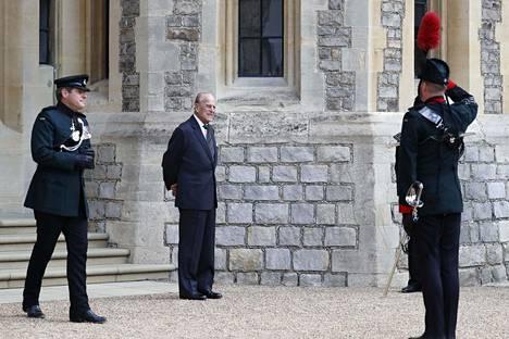 Prinssi Philip vaikutti hyvinvoivalta. Hän edusti tilaisuudessa pukuun ja solmioon pukeutuneena.